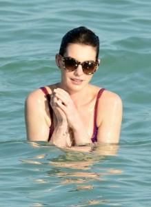 """Anne Hathaway sirenetta a Miami: bagno """"coperta"""" scortata dal marito"""
