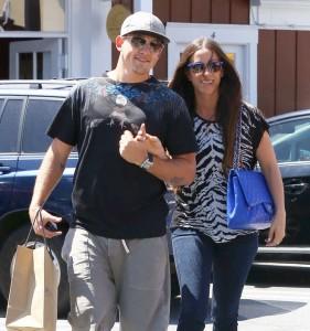 """Alanis Morissette e il marito rapper, passeggiata dopo la paura: """"Hanno rapito il mio cane"""""""